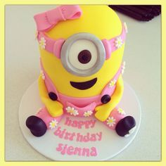 We Have a Article On Happy Birthday Minions Images And Quotes If You Are Searching On It so You Are On Right Place Girl Minion Cake, Torta Minion, Pastel Minion, Minion Cookies, Minion Cupcakes, Despicable Me Cake, Cake Pops, Happy Birthday Minions, Rosalie