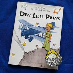 Günaydın.  Gün 6. Danca: Den Lille Prins  1950 yılında Asta Hoff-Jørgensen çevirisiyle Jespersen og Pios Forlag tarafından Kopenhag'ta basıldı.  #kucukprens #küçükprens #hergün1küçükprens #lepetitprince #theittleprince #elprincipito  #opequenoprincipe #derkleineprinz #ilpiccoloprincipe #b612 #koleksiyon #collection #kitap #kitapokuma #exupery #kitapokumak #kitapkurdu #reading  #kucukprensmuze #küçükprensmüzesi #küçükprensmüze #danca #danish #denlilleprins