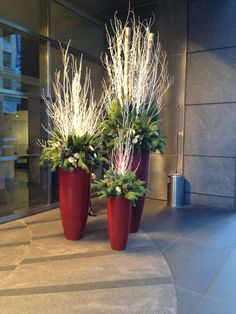 35 Fancy Outdoor Holiday Planter Ideas To Enliven Your Christmas Day – GoodNewsArchitecture – The Best DIY Outdoor Christmas Decor Evergreen Planters, Outdoor Christmas Planters, Christmas Urns, Outdoor Planters, Outdoor Christmas Decorations, Rustic Christmas, Outdoor Christmas Light Displays, Winter Planter, Christmas Arrangements