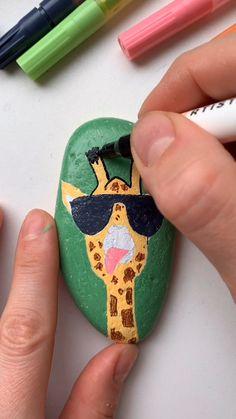Giraffe Painting, Pebble Painting, Pebble Art, Stone Painting, Fabric Painting, Rock Painting Ideas Easy, Rock Painting Designs, Paint Designs, Rock Painting Ideas For Kids