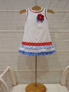 Precioso este vestido en piqué labrado y puesto queda espectacular. Disponible en talla 6 meses y 18 meses.    Un vestido divino con muc...