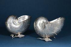 Gianmaria Buccellati. Deux coupes de table Nautilus en argent ciselé en forme chacune d'une conque reposant sur de petits coquillage . Poinçon du Maître Orfèvre.