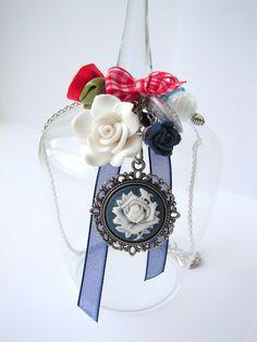 016 Ketting met een camee, roosjes en strikjes in de kleur marineblauw, rood, wit en zilver van Collie-Collie