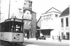 Een tram op de Coolsingel in 1938. De eindbestemming is station Delftse Poort. Op de achtergrond zien we de oude Doelen. Dit gebouw werd tijdens het bombardement verwoest. De foto is van vanamen.net