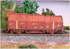 Vagón portabobinas de ejes JTL2. Rojo óxido. Envejecidos.  Serie especial limitada de vagones realizada por Trenmilitaria en escala H0, a petición del foro Trenes H0. Algunas unidades han sido montadas, pintadas y en algunos casos envejecidas por Ju5. Arrastrado por el tractor RENFE 301-006-3.