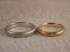 メンズリングはマットな質感が美しいシンプルなホーニング仕上げ。   レディースリングはアンティークな雰囲気のロチアテクスチャー。 ダイヤモンド1粒を奥様お気に入りの星の飾り彫り留めにしました。 [marriage,wedding,ring,bridal,K18,マリッジリング,結婚指輪,オーダーメイド,PT900,ウエディング,ith,イズマリッジ]