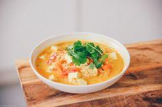 Tästä törkeen hyvä keittovinkki viikonlopun menuhun. Suositellaan nautittavaksi esimerkiksi kirpeässä pakkassäässä ulkoilun jälkeen! Ainekset: 1 lime n. 1 rkl raastettua inkivääriä 3 porkkanaa punaine
