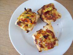 Voor 12 mini-quiches heb je het volgende nodig: * 3 plakjes bladerdeeg (ontdooid) * 2 eieren * 2 eetlepels geraspte kaas * lente-uitje * paprika * hamblokjes (0ng. 50 gram) * zout en peper * beetje…