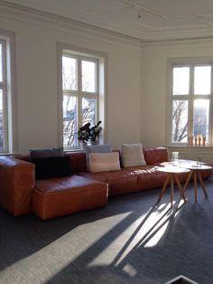 1000 images about sofa on pinterest sofas hay and cushions for Cognac kleur combineren interieur