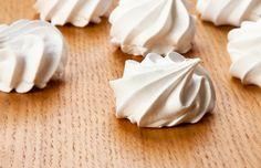 Los merenguitos, conocidos como suspiros en algunos países de América, son una sencilla y deliciosa opción de aprovechar las claras de huevo que no necesitamos en otras recetas. En función del tipo de azúcar que empleemos la coloración de los merengues puede ir desde un blanco