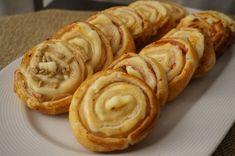 Rollitos de hojaldre de jamón y queso -  Estos rollitos dehojaldre rellenos de jamón y queso son muy sencillos de hacer y quedan deliciosos. Los podemos preparar para un aperitivo, como entrante o para una cena informal. Podemos rellenar estos rollitos de muchos otros ingredientes, se pueden preparar salados y dulces, la masa de ho... - http://www.lasrecetascocina.com/rollitos-de-hojaldre-de-jamon-y-queso/