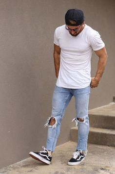 Vans Old Skool. Macho Moda - Blog de Moda Masculina: Vans Old Skool: Dicas de Looks Masculinos com o Sneaker pra Inspirar! Moda Masculina, Street Wear, Moda Skate Masculina, Roupa de Homem, Moda para Homens. Boné pra trás, Camiseta Lisa Branca, Calça jeans Skinny Rasgada, Sockless, meia Invisível, Tênis Vans Old Skool preto e Branco