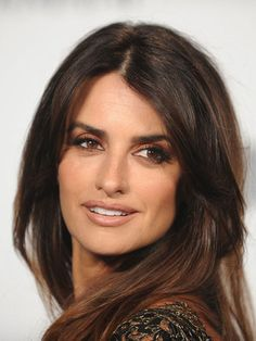 Penelope Cruz Cheveux - Hair and Makeup - Maquillage Penelope Cruz Makeup, Penelope Cruz Blow, Penelope Cruze, Ojos Color Cafe, Vicky Cristina Barcelona, Grown Out Pixie, Brown Eyed Girls, Nude Lip, Wedding Makeup