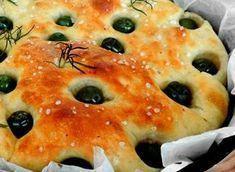Soffice, profumatissima, genuina: è la focaccia alle olive e rosmarino. La focaccia è un impasto base, preparato con ingredienti semplici come acqua, farina, lievito e sale. Si tratta una base versatile che piace a tutti e può essere gustata al naturale, in sostituzione del pane, oppure arricchita con ingredienti sempre diversi per un gustoso spuntino, a cena o addirittura servita come piatto unico farcita con salumi, verdure o formaggi.La focaccia alle olive e rosmarino riporta agli…