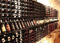 #Arredamento Esigo per enoteca con #portabottiglie in #acciaio Esigo 2 Net, massima #capienza ed #eleganza per il tuo #vino. --- #Wineshop #furniture Esigo with steel #winerack Esigo 2 Net, #capacity and #elegance tops for your #wine.
