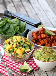 Laksetaco med mangosalat & guacamole - LINDASTUHAUG Mozzarella, Guacamole, Chili, Mango, Mexican, Ethnic Recipes, Food, Spinach, Manga