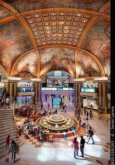 Es las Galerías Pacífico en Buenos Aires, Argentina. Se puede comprar muchas cosas en el centro comercial.