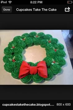 Cute idea: Cupcake wreath - great way to display and serve your Christmas cupcakes. Christmas Cupcakes, Christmas Sweets, Noel Christmas, Christmas Goodies, Christmas Baking, All Things Christmas, Winter Christmas, Christmas Wreaths, Christmas Crafts