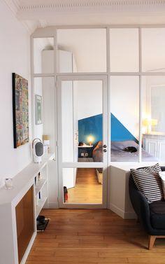 L'appartement, sans pousser les murs, s'est agrandit grâce à la perspective créer par la verrière entre la chambre et le salon.