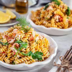 Kikärtspasta med kräftstjärtar, dill och citron. Pasta Salad, Cobb Salad, Lchf, Keto, Fish And Seafood, Curry, Dinner Recipes, Food And Drink, Vegan