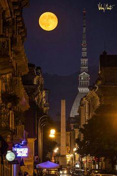 Luna piena mole e obelisco
