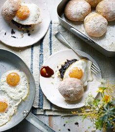 egg-and-black-pudding-on-a-scottish-morning-roll