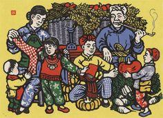 """""""丰衣足食图"""", Li Qun (力群), 1944. Description: 作品描绘了农家丰收后的幸福场景。画面中满框的粮食显示了生产的大丰收,画面右边的小男孩端着一只大南瓜,左边的妈妈正帮着女儿试穿新衣服,一家之主瞅着全家人正乐呵呵地抽着水烟。整幅画面洋溢着丰收后的喜悦和幸福。 1943年毛主席作了《在延安文艺座谈会上的讲话》重要报告后,全国的文艺路线有了方针性的指导,""""文艺创作要为人民群众服务""""。作者力群参加了这次会议,并在""""鲁艺""""作了新的艺术尝试。他将劳动人民喜闻乐见的丰收作为主题,用套色木刻的形式,表现了延安大生产运动后,农民丰衣足食的情景。此作借鉴了民间年画的形式,线条简洁明朗,色彩明亮。这件作品充分说明了力群在学习《讲话》后,认识到作品的服务对象问题,无论在选题还是形式表现上,都力图贴近人民群众,完全摆脱30年代欧化的影子。"""