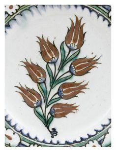 Plat à la branche de 7 tulipes - Musée national de la Renaissance (Ecouen)