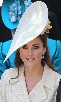 Kate Middleton Smoky Eyes - Kate Middleton donned a cream brocade coat to the wedding of Zara Phillips and Mike Tindall. The often fresh-faced beauty paired the look with perfectly lined eyes and groomed eyebrows. Kate Middleton Photos, Kate Middleton Style, Prince William And Kate, William Kate, Mike Tindall, Princesa Kate Middleton, Herzogin Von Cambridge, Zara Phillips, Princess Kate