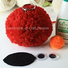 Primeiro vamos ver este jeito diferente de fazer pom-poms : Legal, não é mesmo? e tendo esta idéia como base, vamos olhando os objetos ...
