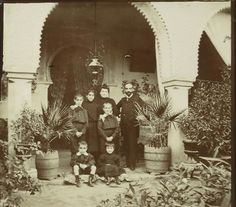 Escena familiar en patio andaluz Sevilla