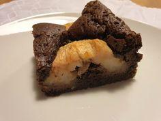 Vorsicht: extrem schoḱoladig! Dafür sorgen fast 200 Gramm bester Couverture mit 78% Kakaoanteil und ein gutes Quantum kräftiges Kakaopulver. Apfel-Brownies: man sieht der Masse ihren Gehalt sofort an Auch beim Backen gilt: je besser die Schokolade, desto besser das Ergebnis. Apfel-Brownies Keine Sorge, die Äpfel sind keineswegs so trocken, wie sie von außen aussehen. #Apfel #Kuchen #Schokolade Gramm, Desserts, Recipes, Food, Chocolate, Cacao Powder, Dessert Ideas, Food Portions, Food Food
