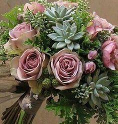 Rosas roxas e suculentas