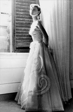 Audrey Hepburn vestida en el taller de las Hermanas Fontana en Roma.