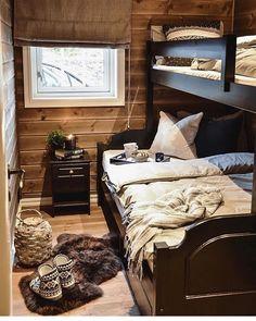 Gjesterom på hytta står alltid klart for besøk Cabin Homes, Log Homes, Cabin Design, House Design, Mountain Cabin Decor, Scandinavian Cabin, How To Build A Log Cabin, Guest Cabin, Cottage Interiors