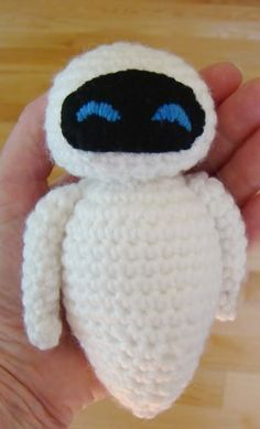 How to crochet Eve from Wall-e Wall E, Walle Y Eva, Egg Shape, Eve, Shapes, Pattern, How To Make, Hand Crafts, Crochet Fruit