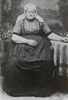 """Pieternelle van der Maas-Boone in Noord-Bevelandse streekdracht. Ze draagt de """"lange muts"""" en een 'fronsjak'. Aan het oorijzer de zogenaamde halve bellen. ca 1870 #NoordBeveland #Zeeland"""