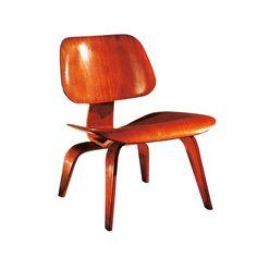 Experimentando nuevas técnicas para adaptar materiales rígidos al cuerpo humano, Charles y Ray Eames alumbraron las primeras sillas de madera curvada, la silla LCW (de 1946) con patas de acero o madera. 504€. (Vitra). - AD España, © D.R.