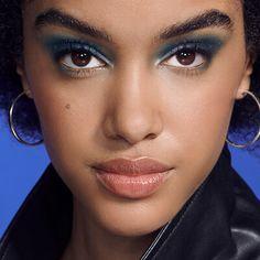 Te dejamos tips para lograr un maquillaje para todo tipo de ojos y para que estos se vean más grandes.¿Lista para ponerlos en práctica? ¡Sigue leyendo! Makeup Tricks, Fall Hair Colors, Applying Eyeliner, Skin Cream, Dark Brunette