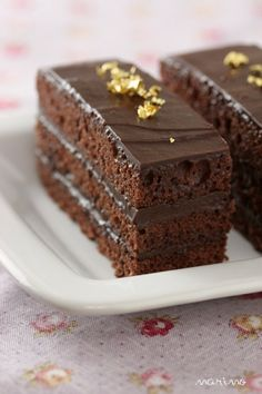 You'll be pleasantly surprised when you make this chocolate cake and notice how well the cola blends with the recipe. White Chocolate Frosting, Chocolate Frosting Recipes, Chocolate Desserts, Flan, Chocolate Coca Cola Cake, No Bake Desserts, Dessert Recipes, Japan Cake, Biscuits