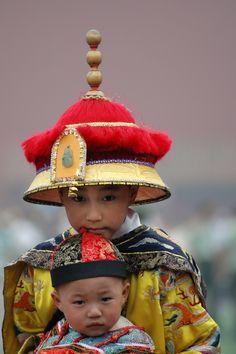 Twee Chinese kinderen in traditioneel keizerlijk kostuum. Locatie: Verboden Stad, Beijing, China