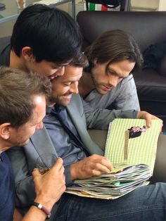 Sebastian Roche, Osric Chau, Misha Collins, Jared Padalecki looking at a fan-made scrapbook. Jensen Ackles, Jared And Jensen, Zeppelin, Decimo Doctor, Osric Chau, Sebastian Roche, Supernatural Tv Show, Supernatural Seasons, Winchester Boys