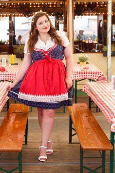 53ef38f9c08709 Junge kurvige Frau im Oktoberfest Outfit. Plus Size Dirndl Look. Dirndl  Große Größen,