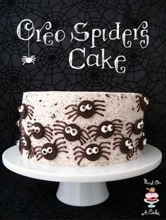 Easy Oreo Spider Cake Party Ideas Want something besides candy for a Halloween treat? How about one of these Easy Halloween Cakes? They're scary-easy to make! Halloween Torte, Pasteles Halloween, Bolo Halloween, Dessert Halloween, Halloween Goodies, Halloween Food For Party, Halloween Cupcakes, Halloween Treats, Halloween 2017