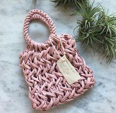 Weightless Produce Bag pattern by Julie Tarsha Free Crochet Bag, Love Crochet, Knit Crochet, Crochet Handbags, Crochet Purses, Yarn Projects, Crochet Projects, Macrame Purse, Crochet Leaves