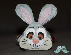 Porta-bombom do coelho Tambor Easter Candy, Felt Diy, Snowman, Disney Characters, Fictional Characters, Rabbit, Chocolate, Christmas Ornaments, Holiday Decor