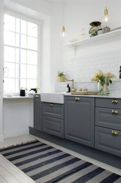 Grått & vitt. Köket är ett Ikea-kök med mässingsbeslag och specialbeställd marmorskiva.