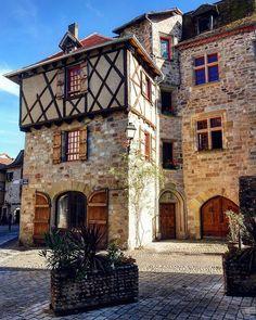 @nacera_a sur Instagram: Bonne journée 🙋🍁🌺 Happy day 🙋🍀🍂🍁 _______ 🌳🍀🍁🍂🍃🌺 _______ #ig_travel #places #wu_europe #wu_france #france4dreams #igersfrance #occitanie…