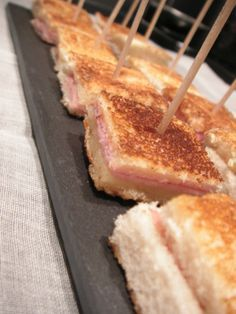 Mini croque monsieur - C gourmet secrets - Very simple and always pleasing, little idea for an aperitif … Level: easy Ingredients: slices of - Brunch Buffet, Food Tags, Brunch Wedding, Buffet Wedding, Snacks Für Party, Finger Foods, Good Food, Food And Drink, Stuffed Peppers