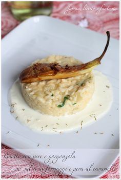 Risotto alle pere e gorgonzola su salsa ai formaggi e pera caramellata